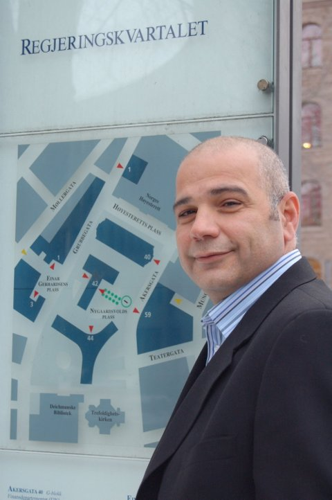 JA VEL STATSRÅD: Han har jobbet på fabrikk, som tolk, som lærervikar og i sosialetaten. Nå er Ahmad Ghanizadeh fra Hole på plass i Regjeringskvartalet.