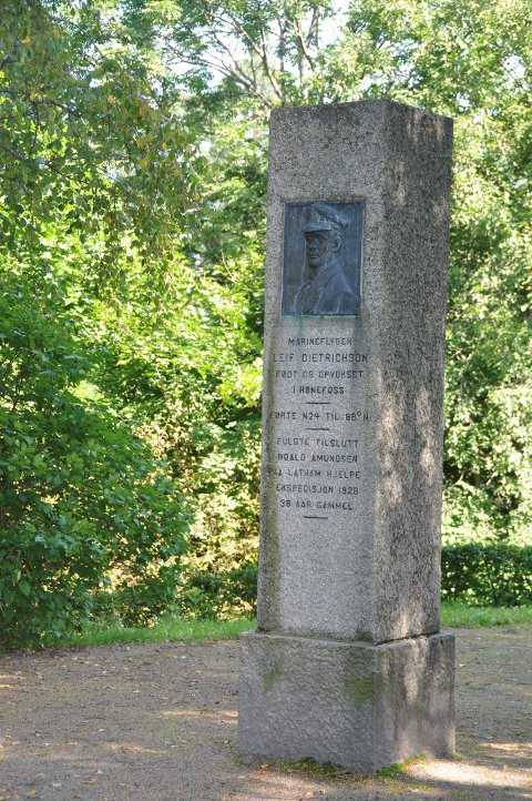 Miinnesteinen over Leif Ragnar Dietrichson kan bli flyttet fra Søndre Park.