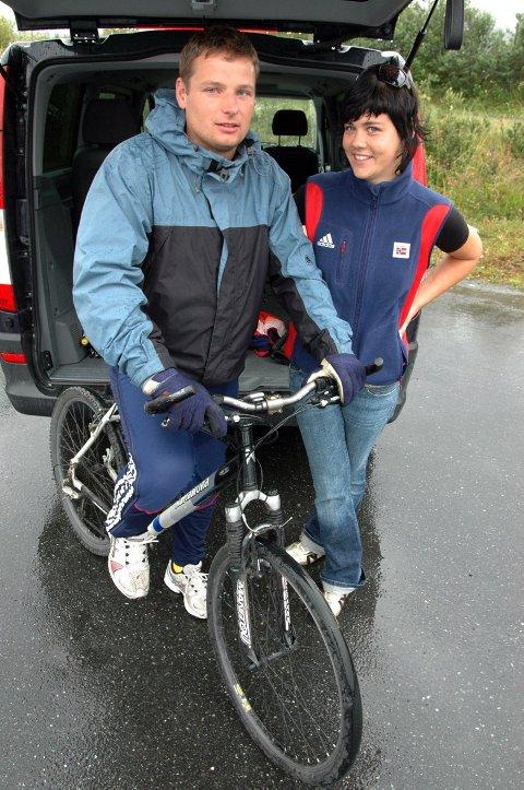 UNDER TAK: Landslagstrener Morten Haglund og samlingsleder Trine Fagervik søker tilflukt for regnet i Leirfjord. Haglund skryter av opplegget rundt samlingen for landslagsspillerne.