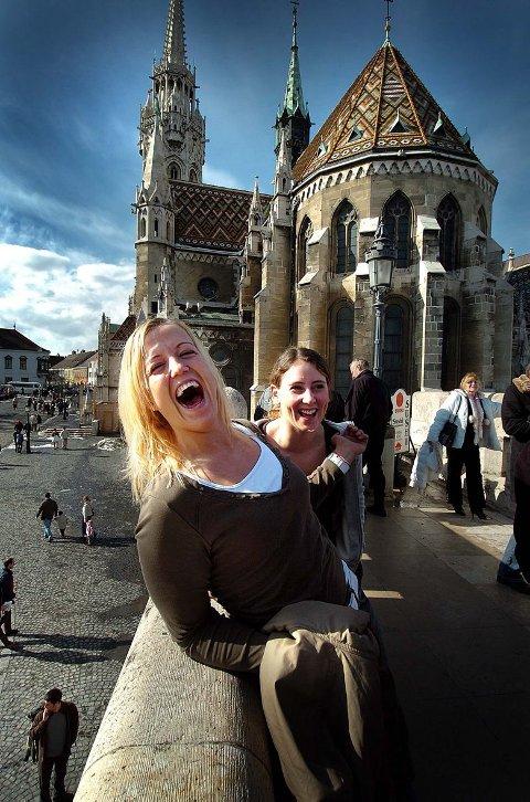 STRÅLENDE: Slik lød bildeteksten til dette bildet: «Heidi Løke har grunn til å smile om dagen. Gjerpen suser videre i Europa, og trener Leif Gautestad tror 23-åringen kan bli verdens beste strekspiller. Her stråler hun under Gjerpen-jentenes sightseeing i Budapest foran et av byens slott. Bak: Tina Larsen.
