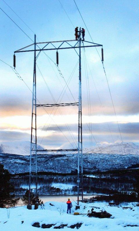 TRENGER OPPGRADERING: Kraftnettet i Nord-Norge trenger betydelige investeringer for å møte framtida. Ellers vil strømbrudd bare bli mer og mer vanlig. Foto: Stein Wilhelmsen