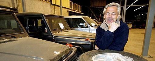 AUKSJON: Økonomisjef i NRV/RA-2, Dag Jørgensen, er klar for auksjon. Pent brukte biler er bare litt av alt som skal selges.