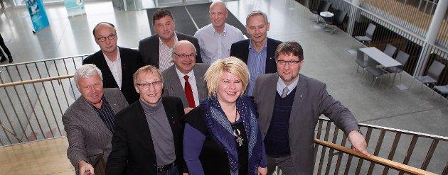 SAMARBEIDER: Bak fra venstre: Geir Dragnes (Ap), ordfører Vadsø, Martin Ness (Ap) ordfører Lenvik, Tore Nysæter (H)?varaordfører i Narvik og Helge Eriksen (H)?ordfører i Harstad. I midten og foran fra venstre:?Odd-Tore Fygle (Ap), ordfører i Bodø, Geir-Ove Bakken (Ap), ordfører i Alta, Viggo Fossum (Ap), ordfører i Målselv, Linda Beate Randal (Ap),?ordfører i Sør-Varanger og Arild Hausberg (Ap), ordfører i Tromsø. Foto: Yngve Olsen Sæbbe