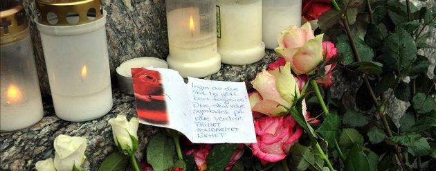 Ved Siemstøtten på Kongens plass i Kristiansund ble det lagt ned blomster og tent lys.