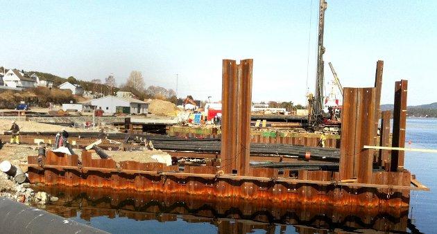 SPUNT: Spuntkassa som skal bygges ut fra kaia er ferdig og skal ny fylle med forurenset masse som er mudret opp både utenfor Havneterminalen og på Stoa.