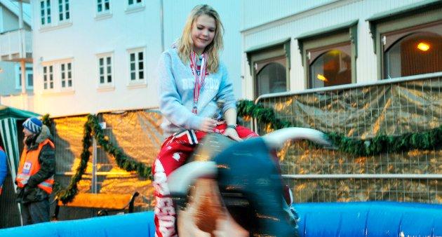 RODEOOKSE: Eileen Johnsen fra Hjalmar Johansen videregående skole i Skien var en av tøffingene som forsøkte seg på okseriding på Tordenskiold. Det tok nøyaktig 48 sekunder før hun ble slengt av.