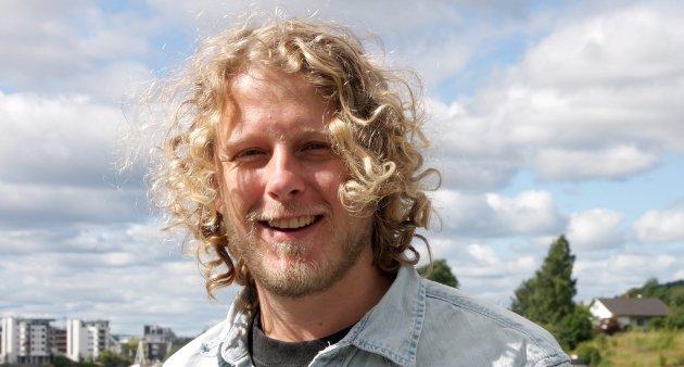 SUKSESS: Fredrik Brattberg fra Porsgrunn har suksess med forestillingen «Tilbakekomstene». Den skal til Nationaltheatret, før han får se den i Indonesia - spilt på indonesisk.