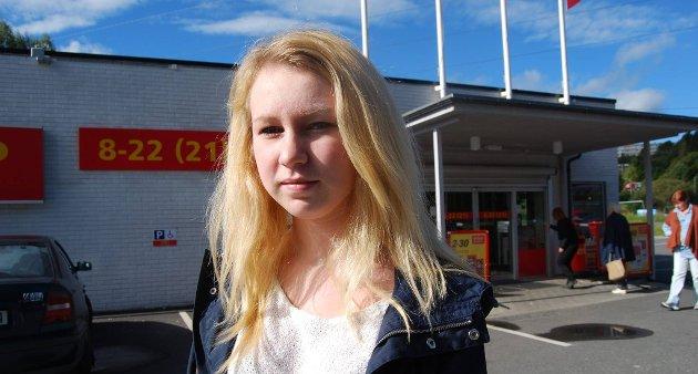 SLAPP IKKE INN: Ina Kristiansen (14) skulle kjøpe niste på Coop extra på Klyve, men ble stoppet i døra av de ansatte.
