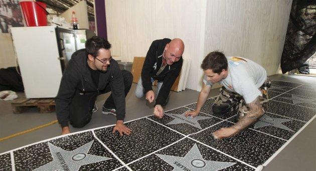 Wall of fame. Sofus, Kjetil Strand og Espen Erikstad ruller ut artistenes «Wall of fame» ved inngangen. Alle stjernene som spiller på hovedscenen har fått navnet sitt skrevet i stjernene. Alle foto: Helge Grønmo