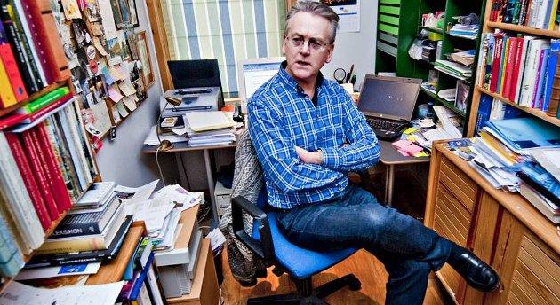 Her er skrivestuen til Gunnar Staalesen hjemme i leiligheten hans i Fløenbakken.