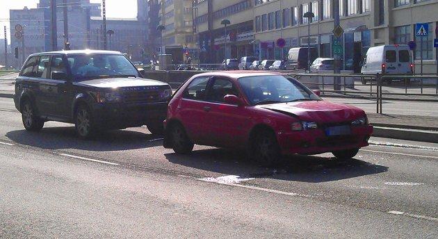 Tre biler kjedekolliderte ved Bygarasjen (27.03.2012).