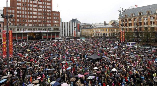 """Ca 40.000 hadde møtt fram for å delta i avsyngingen av """"Barn av Regnbuen"""" på Youngstorget i Oslo torsdag."""