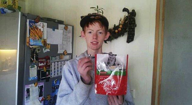 Christopher Nordvik (15) viser fram skruen som ble funnet i risgrøten.