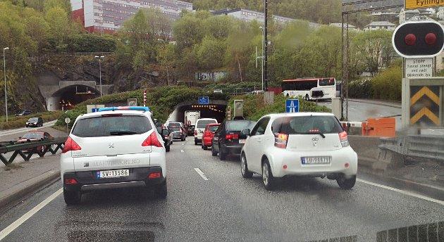 Her står køen på Puddefjordsbroen mot Damsgårdtunnelen.