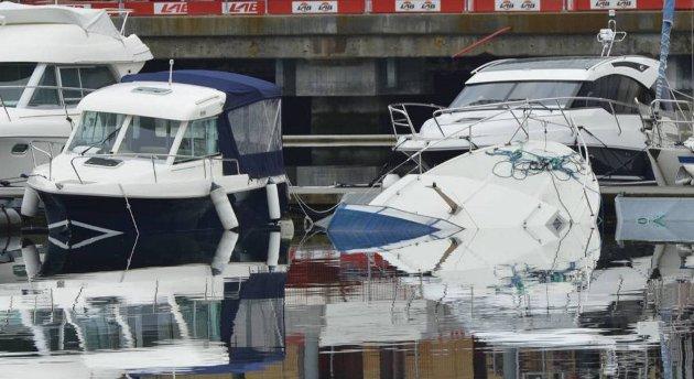 En 32 fots cabincruiser lå delvis under vann ved kai i Solheimsviken onsdag morgen.
