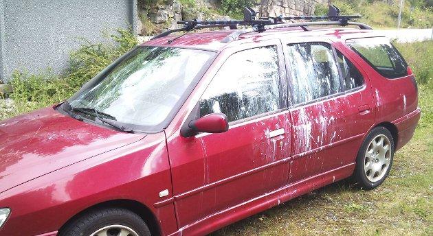 Bilen hadde blitt sprayet både innvendig og utvendig med hvitmaling, og frontruten var knust. - Jeg er sjokkert, sier bileieren.