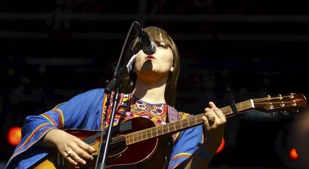 Klara, den yngste av søstrene Söderberg, under konserten på Enga-scenen på Øyafestivalens siste dag.