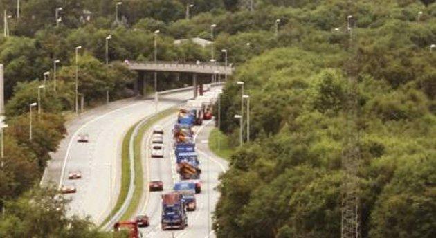 Lastebilkonvoien passerer Åsane senter.