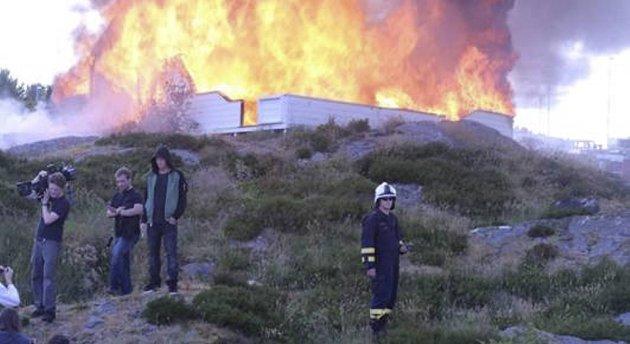 Filmteamet brant ned en hytte på Austevoll i videoen.