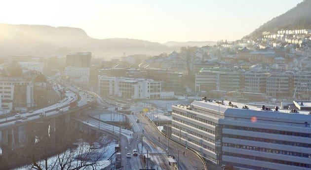 Hjelper det mot forurensingen å rengjøre gatene inn til byen? Statens vegvesen vet ikke helt. Dette bildet er tatt tirsdag morgen.