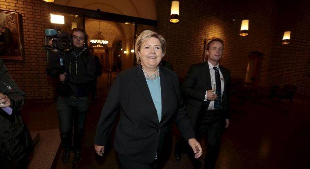 Høyre-leder Erna Solberg på vei fra Høyres-hus til Pressekonferansen med de borgerlige partiene i Vandrehallen på Stortinget mandag kveld.