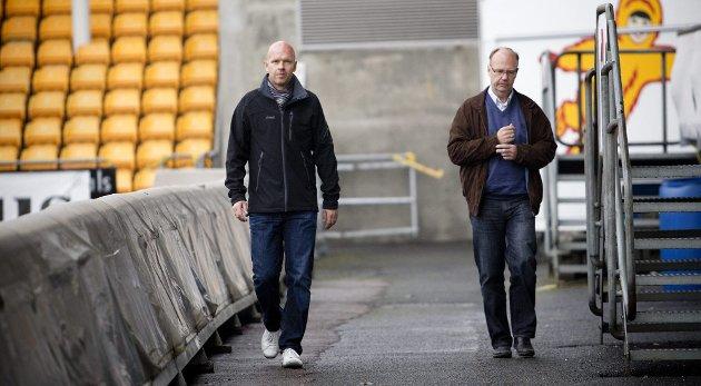 KLOKKA 09.39: Henning Berg (til venstre) og LSK-formann Per Mathisen gikk sammen på vei fra sluttforhandlingene til LSK-garderoben for å fortelle spillere og støtteapparat at treneren slutter.