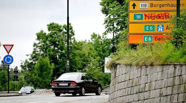 Med rød spraymaling har noen skrevet ordet «neger» over Fredrikstadskiltet. (Foto: Jarl M. Andersen)