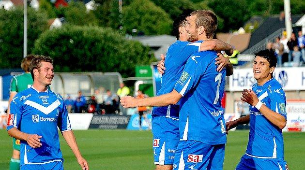 HAT-TRICK: Øyvind Hoås gratuleres for hat-tricket sitt. Hoås satt tre mål, nærmest på rappen, i det 38. 42. og 49. minutt av kampen.