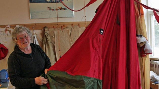Asle T. Johansen planlegger en sydpolekspedisjon hundre år etter Roald Amundsen. Dersom turen blir noe av, skal han ha med seg telt fra Bjørn Økerns enkeltpersonsforetak Polarbjørn på Prestøy. - Teltet er en kopi av det Amundsen hadde med seg til Sydpolen i 1911, men i mindre målestokk, sier Bjørn Økern. - Teltet er allerede levert, testet og godkjent. Det er en kopi av teltet Amundsen hadde med seg til Sydpolen, men i mindre målestokk. Det skal ha plass til tre mann, mens Amundsens hadde plass til åtte, forteller Bjørn Økern til Helgelands Blad. Asle T. Johansen er lege, og i tillegg kjent som en aktiv skøyteløper med blant annet EM-medaljer på merittlista. Han planlegger en ekspedisjon sammen med to andre, og meningen er å gå jubileumstur til Sydpolen hundre år etter Amundsen. Amundsen kom fram til polen 14. desember 1911.