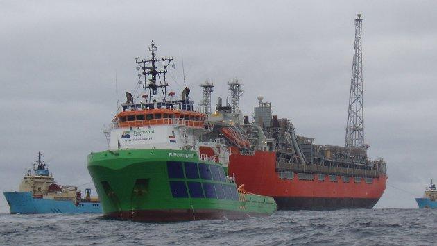 Slepebåtene Fairmount Summit og Fairmount Sherpa holder baugen på Skarv-skipet mens oppankringen foregår. Maersk Logger og Maersk Leader er begge opptatt med selve fortøyningen av SKARV FPSO  Ankerkjettingen blir plukket opp på havbunnen og deretter festet til FPSO Skarv ved hjelp av disse to skipene.