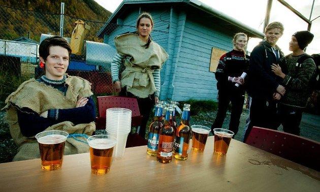STORT MAGAMÅL: En ekte viking har plass til mye øl på en gang, og det bevises gjennom styrtekonkurransen.
