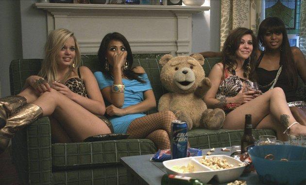 IKKE FISEFIN: Teddy menger seg med prostituerte og lever livet, og stikker stadig kjepper i hjulene for bestekompisen sin. (Pressefoto: Filmweb)