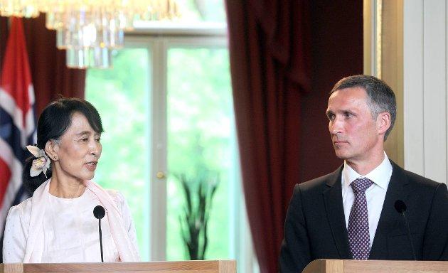 Aung San Suu Kyi takket Norge fredag. Her sammen med statsminister Jens Stoltenberg.