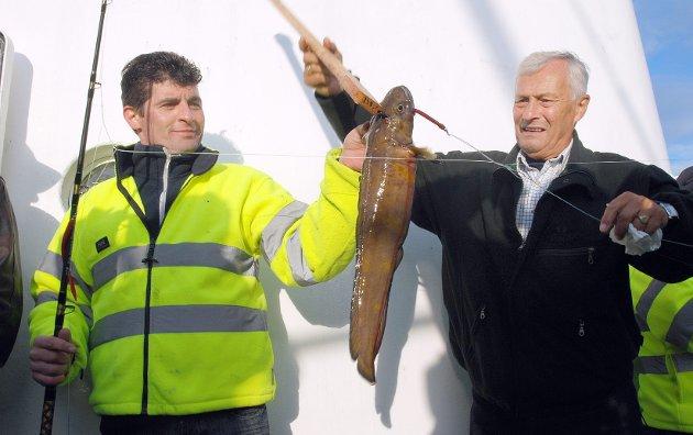 Haracineanv Constantin og Steinar Høgaas viser fram en brosme, som ble med opp. Foto: Arne Forbord
