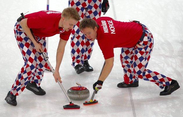 Håvard Vad Petersson og Torger Nergård hadde god kontroll i kampen mot Storbritannia. Nå venter semifinale for de norske curlinggutta.