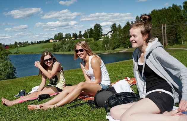 KOSER SEG: Finske Linda Norrgård (18), Theresa Soukka (17) og Tiia Hirviniemi (17) har sommerjobb på Gardermoen og tar seg en hvil ved Nordbytjernet.   Foto: Marius Nyheim Kristoffersen