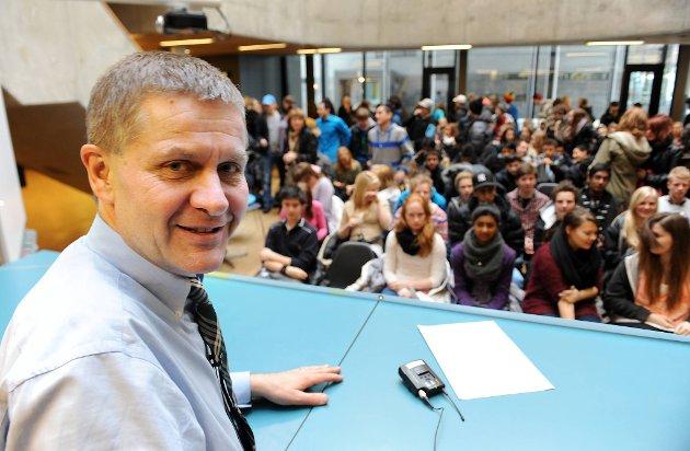 Miljøvernminister Erik Solheim foran en ung og miljøinteressert forsamling.
