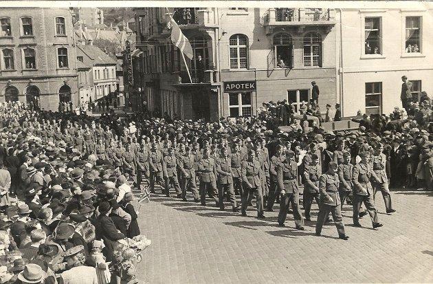 Fra feiringen 7. juni 1945. Norske soldater marsjerer opp Vågsallmenningen på vei til møteplassen for paraden. Kilde: Berit Hansen, via fotomuseum.bergen360.no.