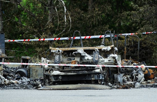 UTBRENT: Seks bobiler hos Stamsaas Fritid AS på Tunejordet ble totalskadet i en kraftig brann natt til søndag. De seks bilene som ble utbrent hadde en samlet verdi på rundt tre millioner kroner. (Foto: Mats Duan)