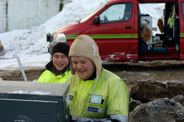 Montør Joakim Lafton og lærling Jørgen Stensli (til venstre) trosser kulda.