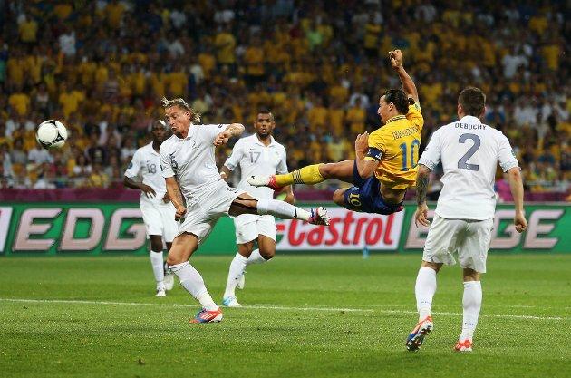 Zlatan Ibrahimovic serverte en perle av en scoring da Sverige avsluttet EM med stil og slo Frankrike 2-0.