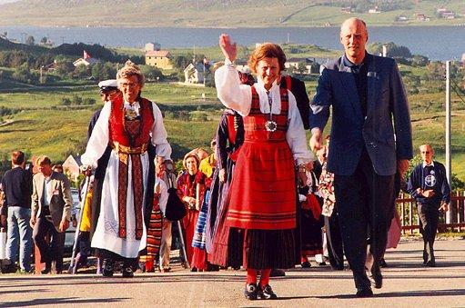 HKH dronning Sonja og HKH kong Harald feiret 60-årsdagene sine i Lofoten. St.hans-aften 1997 feiret de med utgangspunkt i høvdinghuset på Borg før turen gikk videre til grilling på Eggum.