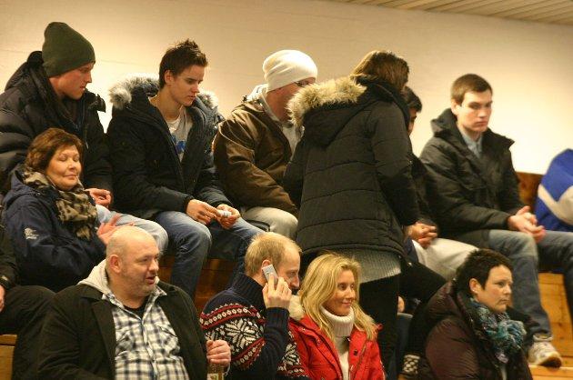 Publikum (rundt 100 i tallet) på SIL håndball damer - Namsos 21-26 (12-12) i Stamneshallen 4. februar 2012. Foto: Lars Olve Hesjedal