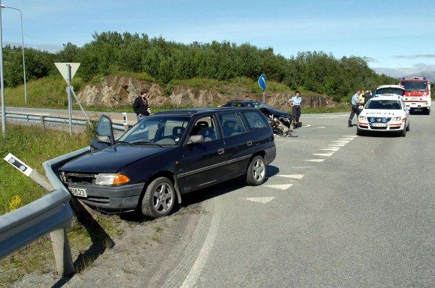 Tre kvinner i 20-årene var innblandet da to personbiler kolliderte i krysset Forshaugen - Kystriksveien fredag 25. juli 2008. Bilene ble påført store materielle skader, men ingen personer ble fysisk skadd, melder politiet. I den ene bilen var det kun sjåføren, og i den andre var det en passasjer. Foto: Simon Aldra