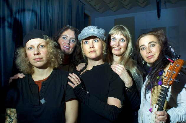 Women in Blues dro i gang for ni år siden og kalte seg Damer i Blues. På debutplaten som kommer denne uken, er blant andre Tuva Syvertsen, Margit Bakken, Monika Nordli, Tove Bøygard og Rita Engedalen med.