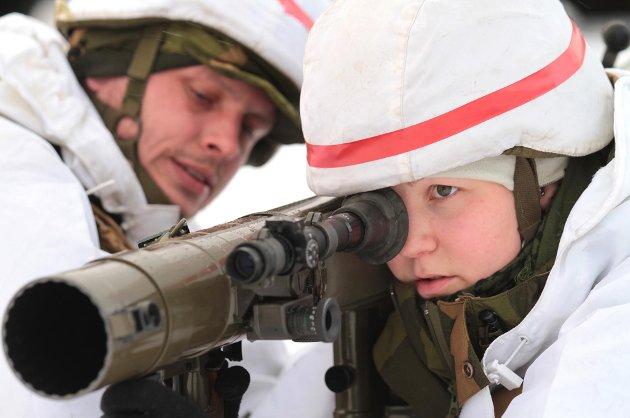 I forkant av selve øvelsen ble Heimevernssoldatene trent på kritiske og sikkerhetsmessige driller knyttet til oppgaven deres. Her praktiserer et kanonlag bruken av deres våpen.