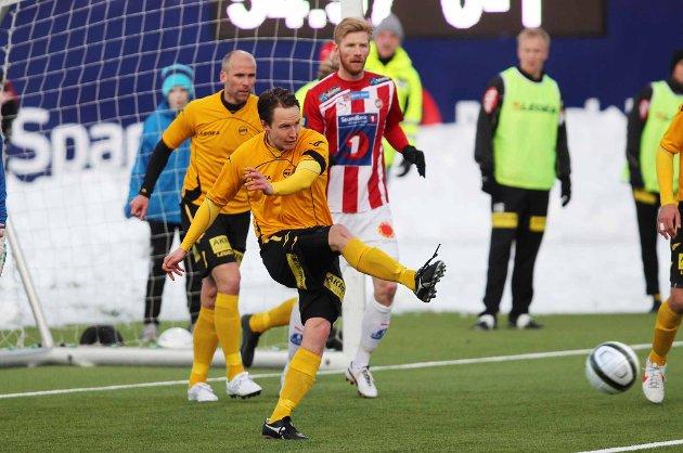 GOD: Espen Nystuen var god i begge ender for LSK mot Tromsø. Sammen med Steinar Pedersen (bak) og resten av LSK-forsvaret holdt han nullen. I tillegg scoret midtstopperen LSKs første mål. FOTO: DIGITALSPORT