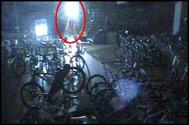 INNE: Her har innbruddstyven kommet inn i butikken for andre gang på få timer. Klokka er 03.25 natt til onsdag og han har fritt leide.
