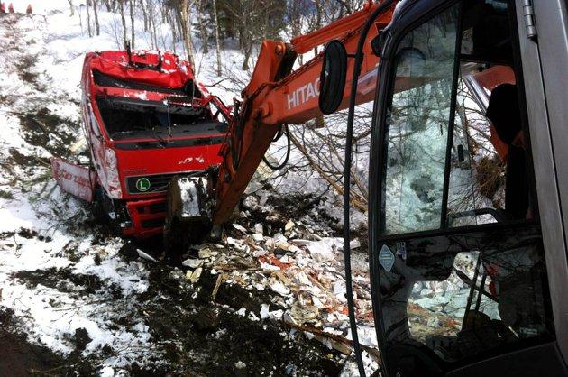 Skjærtorsdag hentet Falck i Mosjøen opp vraket av sin egen bilbergingsbil i Leirosen i Leirfjord. Vrakene av vogntoget og bilbergingsbilen har ligget der siden søndag.
