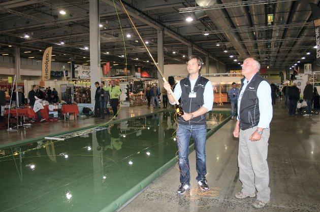 FLUEFISKE: Du kan prøve deg på fluekast på vannmatta som er rigget opp inne på varemessa. Det gjorde Espen Myhre og Arild Blomfeldt.